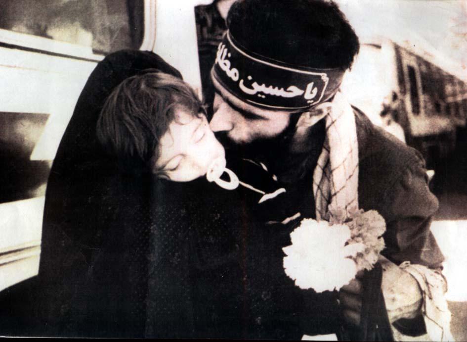 شهید فرزندش را می بوسد